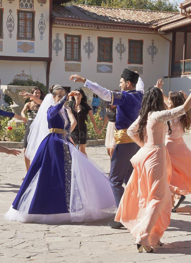 Γαμήλιος χορός στα εθνικά κοστούμια στο ναυπηγείο του παλατιού Khan στοκ εικόνα με δικαίωμα ελεύθερης χρήσης