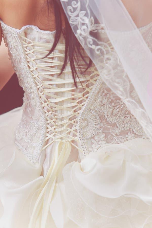 Γαμήλιο άσπρο φόρεμα με τη δαντέλλα στοκ φωτογραφίες με δικαίωμα ελεύθερης χρήσης