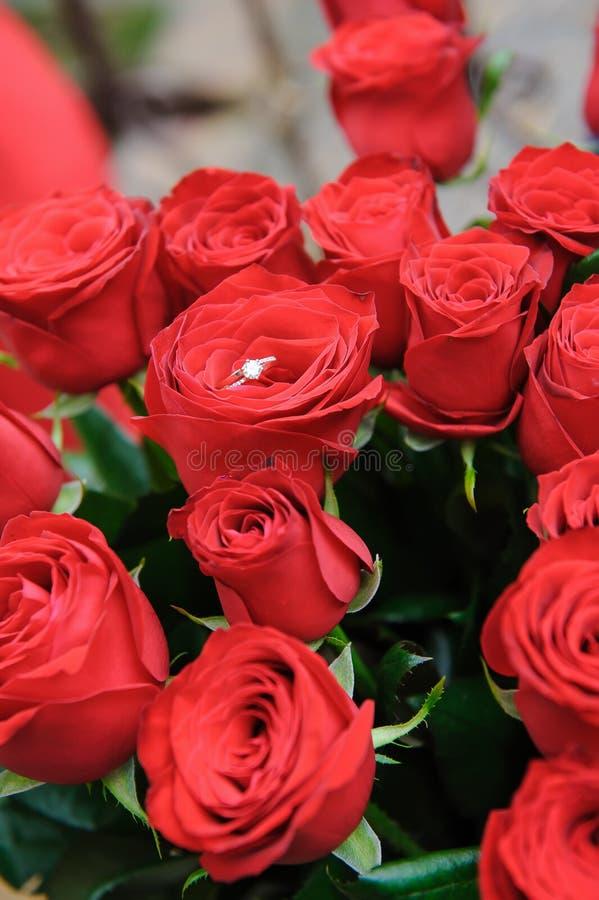 Γαμήλιο δαχτυλίδι στο μπουμπούκι τριαντάφυλλου στοκ εικόνα με δικαίωμα ελεύθερης χρήσης