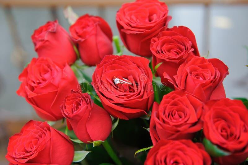 Γαμήλιο δαχτυλίδι στο μπουμπούκι τριαντάφυλλου στοκ φωτογραφίες