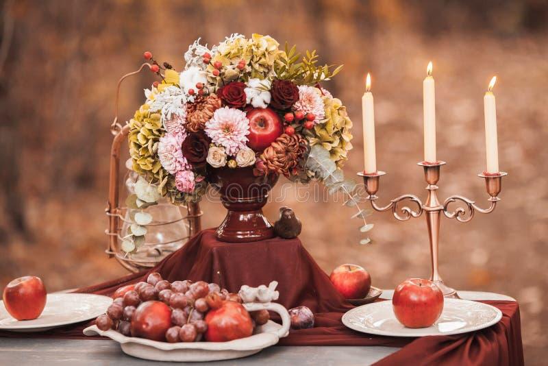 γαμήλιο λευκό τριαντάφυλλων μαργαριταριών πρόσκλησης διακοσμήσεων ντεκόρ καρτών μπουτονιερών ανασκόπησης ιώδης γάμος ύφους λήψης  στοκ φωτογραφία