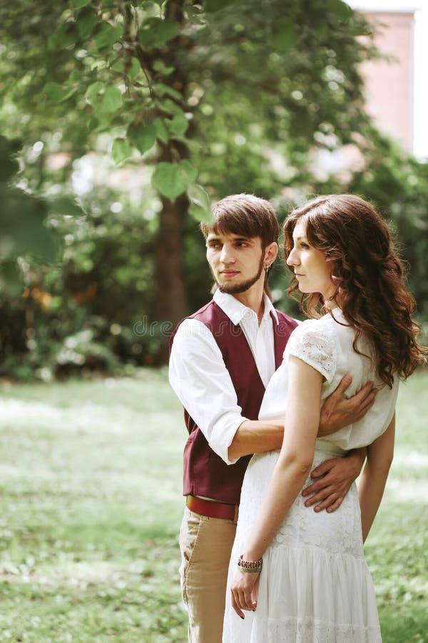 Γαμήλιο ζεύγος που αγκαλιάζει και που χορεύει στη φύση στοκ εικόνα με δικαίωμα ελεύθερης χρήσης