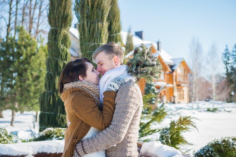 Γαμήλιο ζεύγος σε μια ελκυστική wither ημέρα, που κρατά η μια την άλλη, αγροτικό κοντό γαμήλιο φόρεμα ύφους Brunette κοριτσιών όμ στοκ φωτογραφίες