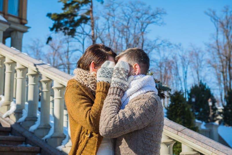 Γαμήλιο ζεύγος σε μια ελκυστική wither ημέρα, που κρατά η μια την άλλη αγροτικό κοντό γαμήλιο φόρεμα ύφους Brunette κοριτσιών όμο στοκ φωτογραφίες με δικαίωμα ελεύθερης χρήσης