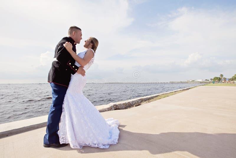 Γαμήλιο ζεύγος στην αποβάθρα στοκ φωτογραφία