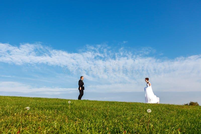 Γαμήλιο ζεύγος υπαίθρια στο υπόβαθρο μπλε ουρανού στοκ εικόνες