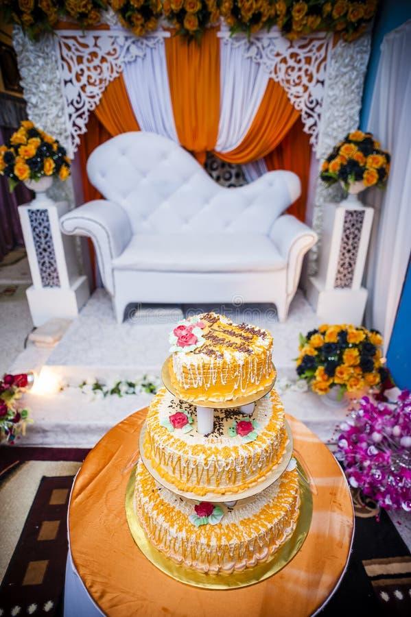 Γαμήλιο κέικ και γαμήλιος βωμός στοκ φωτογραφία