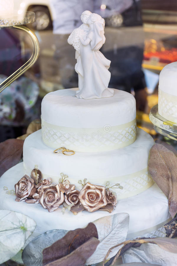 Γαμήλιο κέικ με τα χρυσά τριαντάφυλλα στοκ φωτογραφία με δικαίωμα ελεύθερης χρήσης