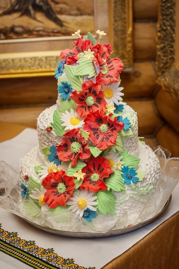 Γαμήλιο κέικ με τις κόκκινες παπαρούνες στοκ εικόνες με δικαίωμα ελεύθερης χρήσης