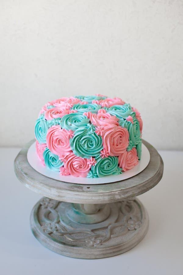 Γαμήλιο κέικ που διακοσμείται με στενό επάνω τριαντάφυλλων κρέμας στοκ εικόνες με δικαίωμα ελεύθερης χρήσης