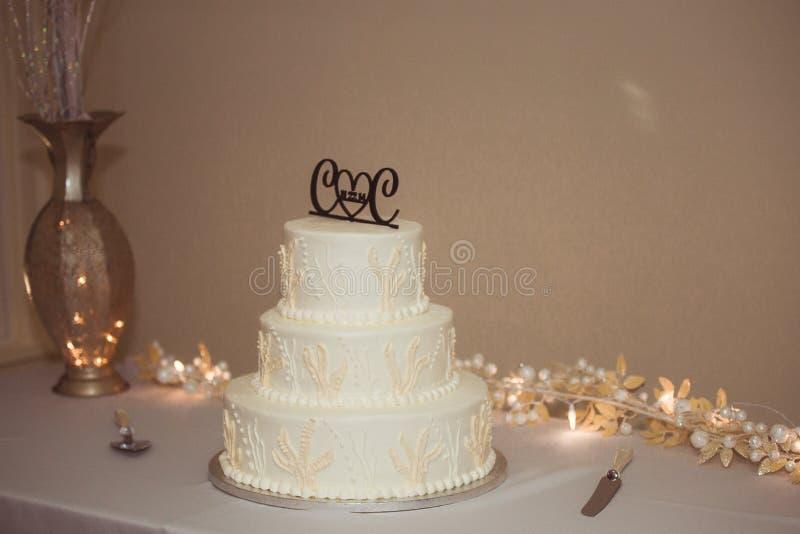 Γαμήλιο κέικ στον πίνακα στοκ φωτογραφίες