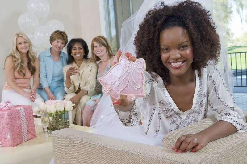 Γαμήλιο κουδούνι εκμετάλλευσης νυφών ΓΦ πορτρέτου στοκ φωτογραφία με δικαίωμα ελεύθερης χρήσης