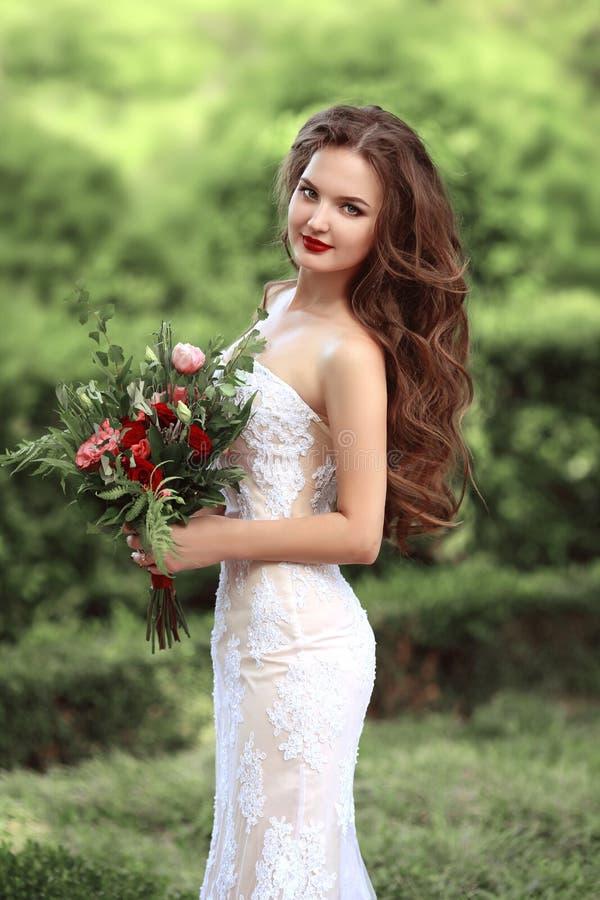 Γαμήλιο πορτρέτο της όμορφης νύφης με τη μακροχρόνια κυματιστή φθορά τρίχας στοκ φωτογραφία με δικαίωμα ελεύθερης χρήσης