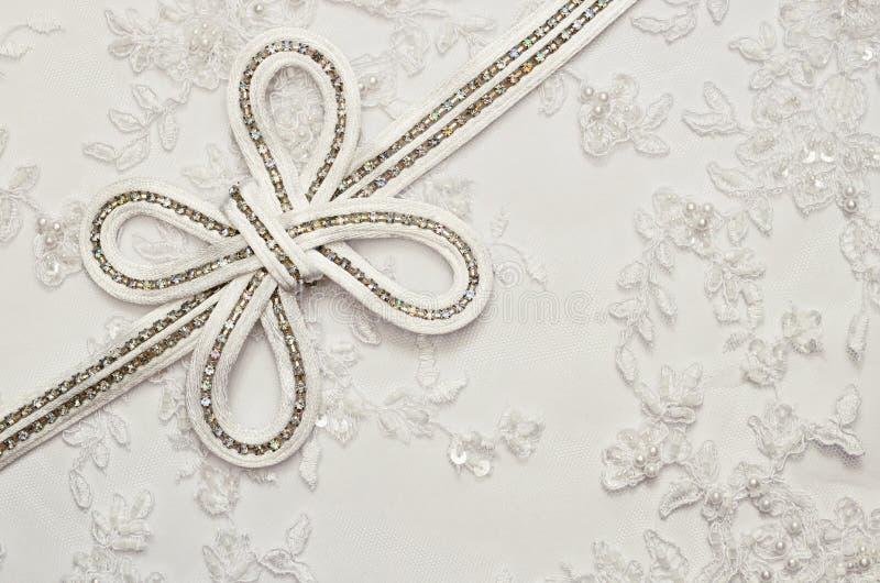 Γαμήλιο τόξο στην άσπρη δαντέλλα στοκ φωτογραφία με δικαίωμα ελεύθερης χρήσης
