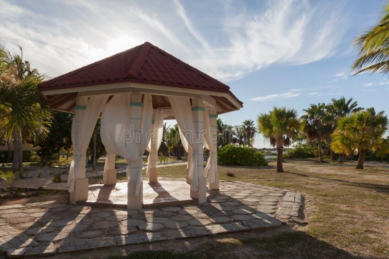 Γαμήλιο gazebo στο μέτωπο θάλασσας στοκ φωτογραφίες