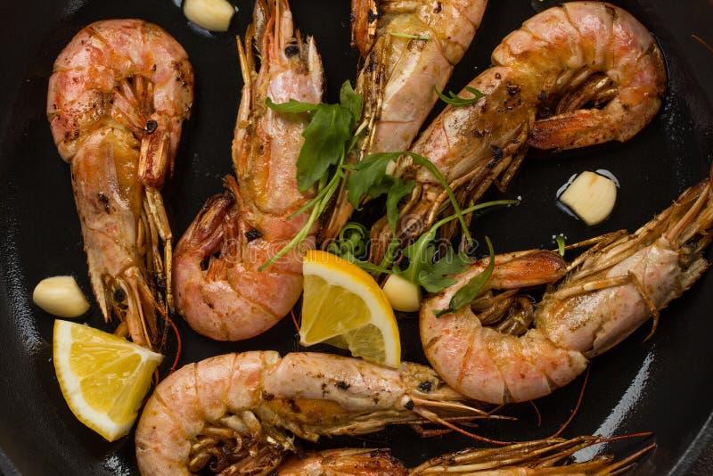 Γαρίδες γαρίδων που ψήνονται με το λεμόνι και το σκόρδο στοκ εικόνα