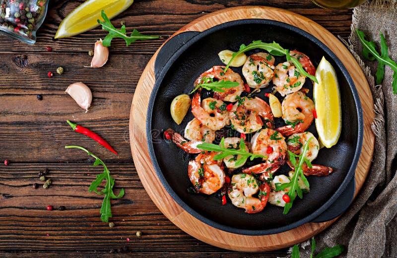 Γαρίδες γαρίδων που ψήνονται στο βούτυρο σκόρδου με το λεμόνι και το μαϊντανό στοκ φωτογραφίες