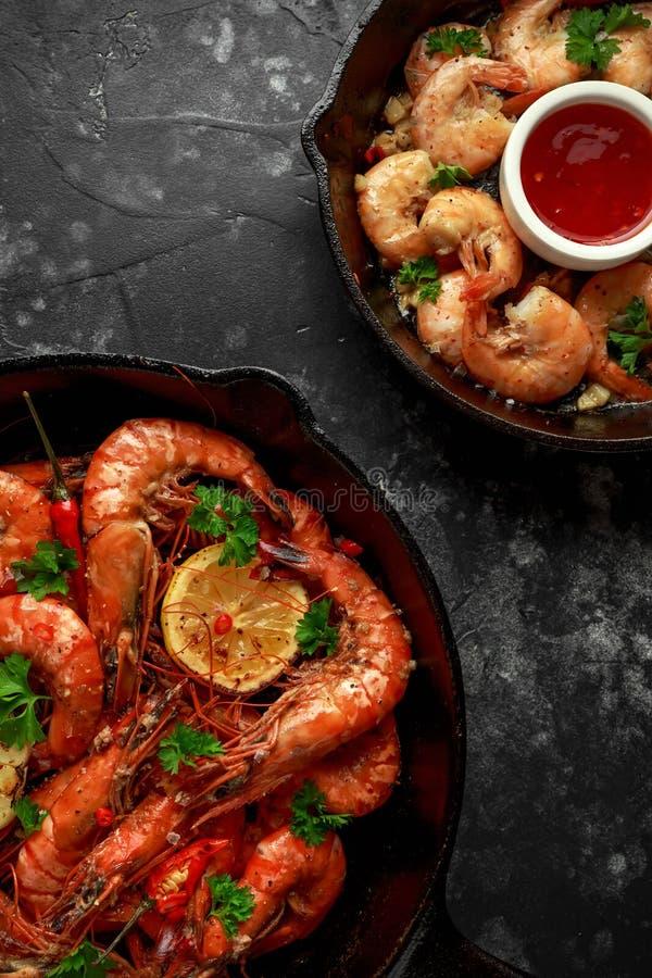 Γαρίδες και γαρίδες τιγρών που τηγανίζονται στο βούτυρο με, το χυμό λεμονιών, το σκόρδο και το άσπρο κρασί που εξυπηρετούνται στο στοκ φωτογραφία με δικαίωμα ελεύθερης χρήσης