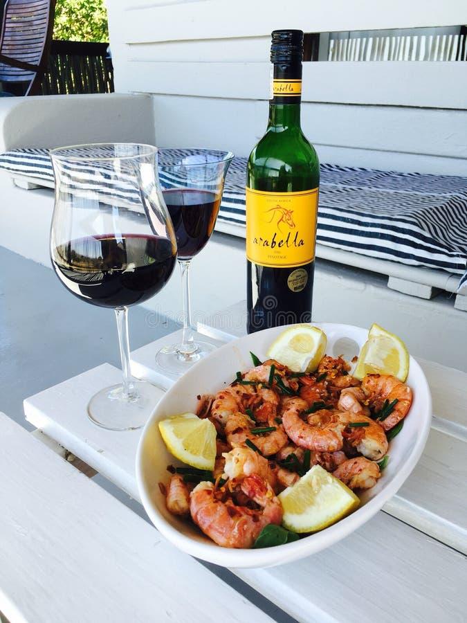 Γαρίδες και κρασί στοκ φωτογραφία