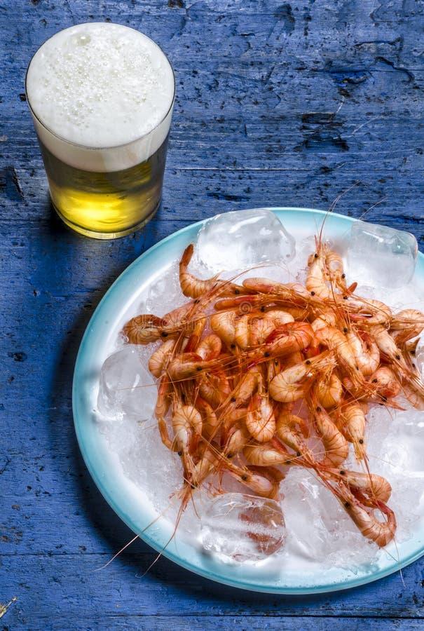 Γαρίδες και μπύρα το καλοκαίρι στοκ φωτογραφίες