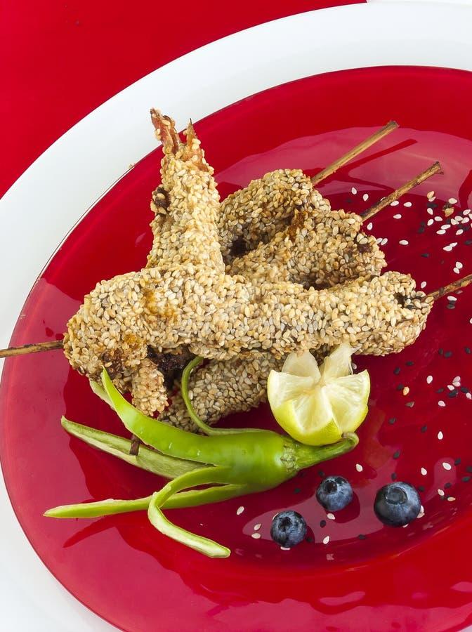 Γαρίδες με τους σπόρους σουσαμιού στοκ εικόνες
