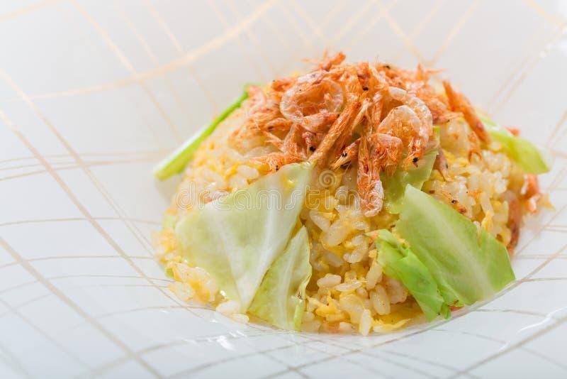 Γαρίδες μωρών με το τηγανισμένο ρύζι στο άσπρο υπόβαθρο πιάτων στοκ φωτογραφία με δικαίωμα ελεύθερης χρήσης