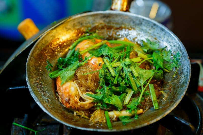 Γαρίδες σε δοχείο με vermicelli, ταϊλανδικά τρόφιμα στοκ εικόνες