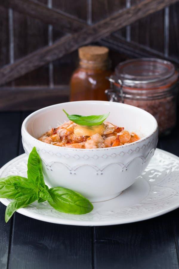 Γαρίδες στη γλυκιά σάλτσα τσίλι με τα λεπτά νουντλς ρυζιού κινεζικά τρόφιμα Ασιατικές επιλογές Ανακατώστε τα νουντλς τηγανητών με στοκ εικόνες