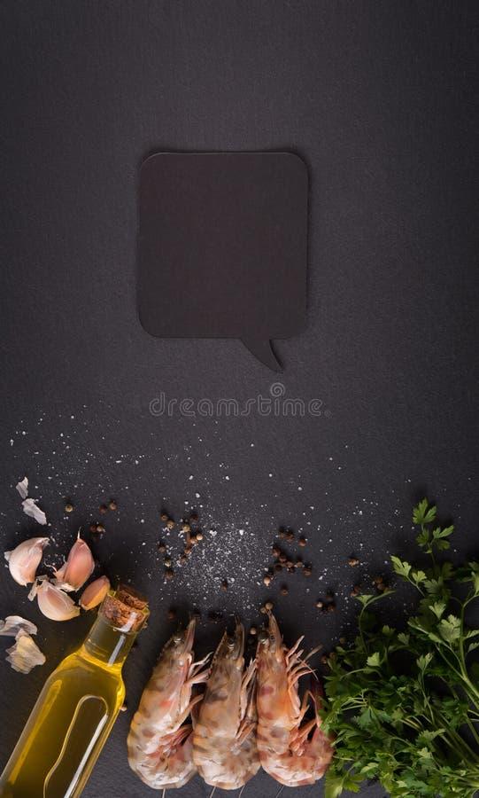 Γαρίδες στο μαύρο πίνακα στοκ φωτογραφίες
