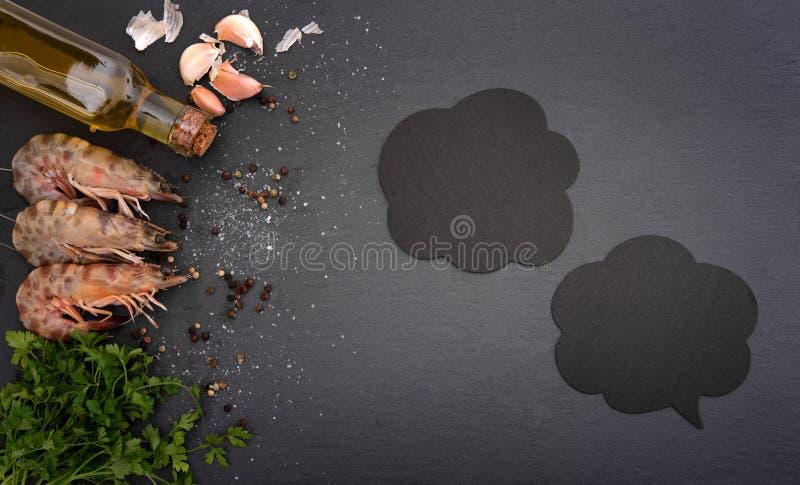 Γαρίδες στο μαύρο πίνακα στοκ φωτογραφίες με δικαίωμα ελεύθερης χρήσης