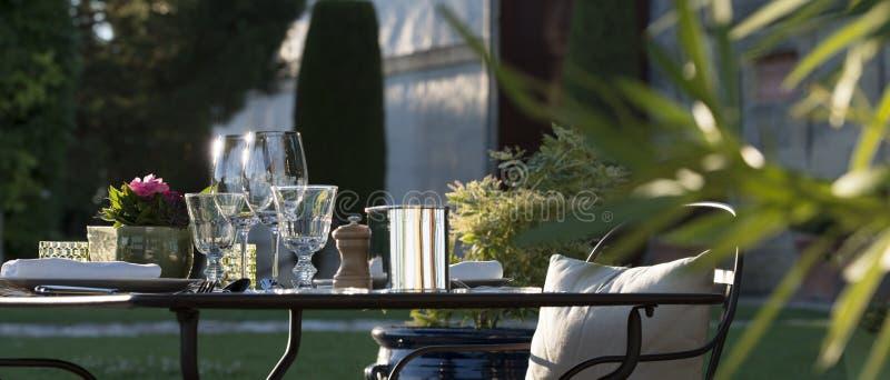 Γαστρονομία-εστιατόριο - πολυτέλεια - πεζούλι το καλοκαίρι - αμπελώνας στοκ εικόνα με δικαίωμα ελεύθερης χρήσης