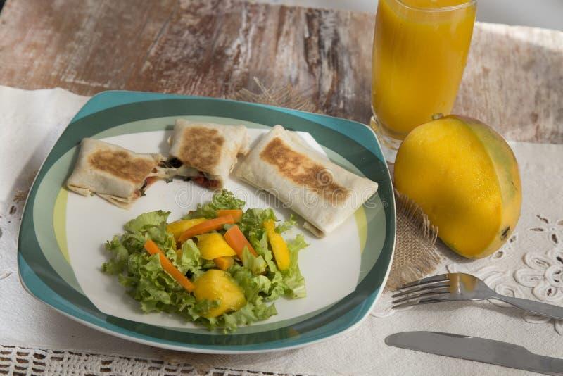 Γαστρονομικά πιάτα τροφίμων - βόειο κρέας - που συνοδεύεται με το χυμό μάγκο στοκ φωτογραφία με δικαίωμα ελεύθερης χρήσης