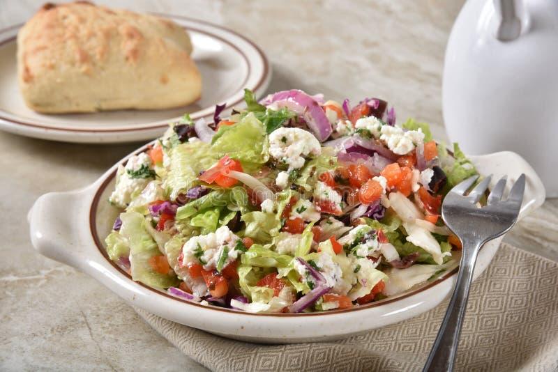 Γαστρονομική ελληνική σαλάτα με έναν ρόλο γευμάτων στοκ εικόνες
