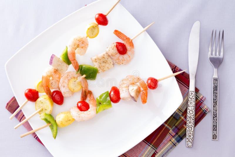 Γαστρονομικό οβελίδια ή Kebabs γαρίδων στο άσπρο πιάτο στοκ φωτογραφίες με δικαίωμα ελεύθερης χρήσης