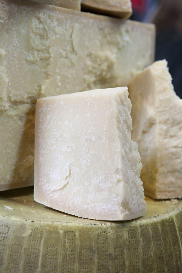 Γαστρονομικό οργανικό τυρί παρμεζάνας στο υπόβαθρο στοκ φωτογραφία με δικαίωμα ελεύθερης χρήσης