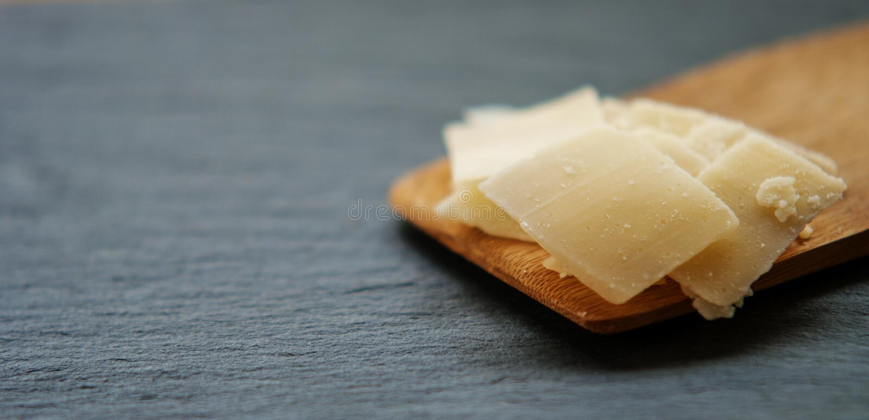 Γαστρονομικό οργανικό τυρί παρμεζάνας στοκ φωτογραφίες