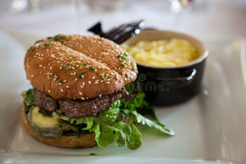 Γαστρονομικό οργανικό Cheeseburger στοκ εικόνα με δικαίωμα ελεύθερης χρήσης