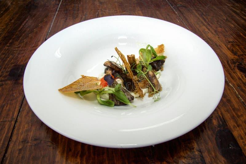 Γαστρονομικό πιάτο με το φύλλο κρουστών στοκ εικόνες