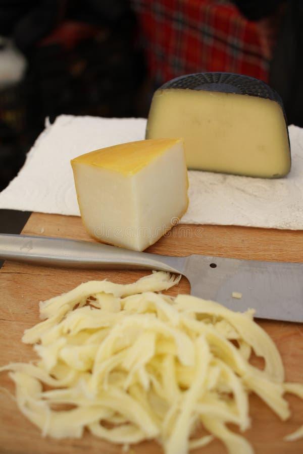 Γαστρονομικό τυρί Κίτρινο τυρί αιγών και τυρί σε ένα περικάλυμμα μελανιού σεπιών Τυριά λιχουδιών Εύγευστο τυρί Αγρόκτημα που γίνε στοκ εικόνες