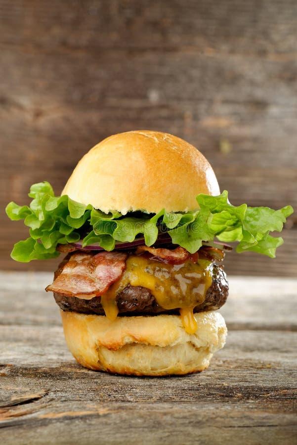 Γαστρονομικό Cheeseburger μπέϊκον στοκ εικόνες με δικαίωμα ελεύθερης χρήσης