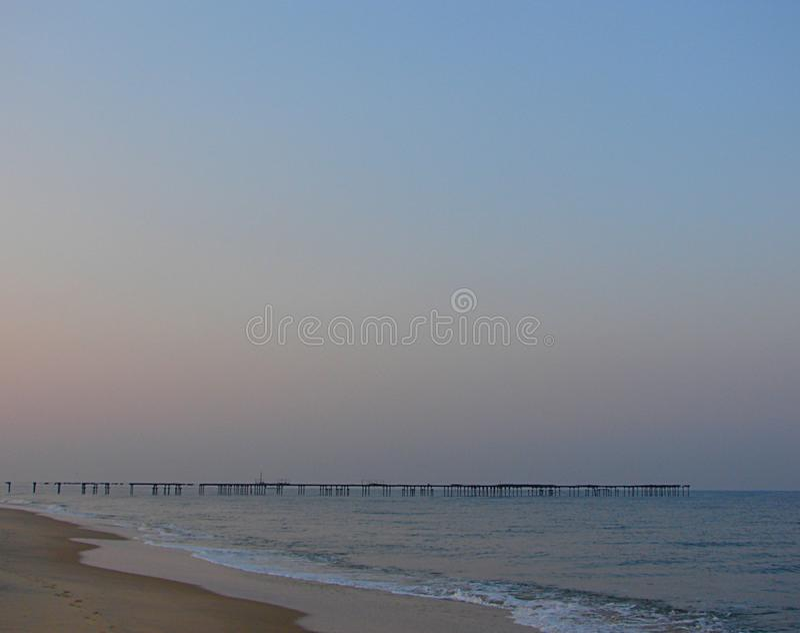 Γαλήνια μόνη παραλία με το λιμενοβραχίονα στα ξημερώματα, Alappuzha, Κεράλα, Ινδία στοκ φωτογραφία με δικαίωμα ελεύθερης χρήσης