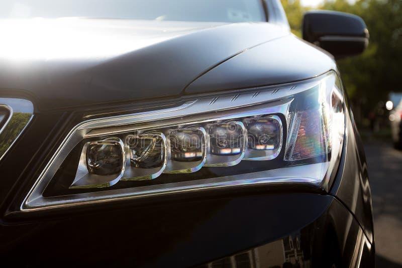 γαλαζωπή ελαφριά έξω απόδοση προβολέων αυτοκινήτων στενή κίτρινη στοκ εικόνα