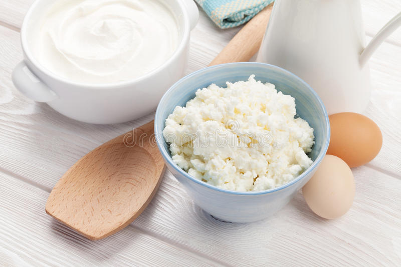 γαλακτοκομικό λευκό προϊόντων απομόνωσης Ξινά κρέμα, γάλα και τυρί στοκ εικόνες