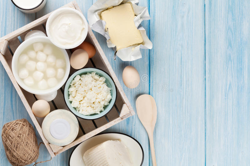 γαλακτοκομικό λευκό προϊόντων απομόνωσης Ξινά κρέμα, γάλα, τυρί, αυγό, γιαούρτι και βούτυρο στοκ εικόνα με δικαίωμα ελεύθερης χρήσης