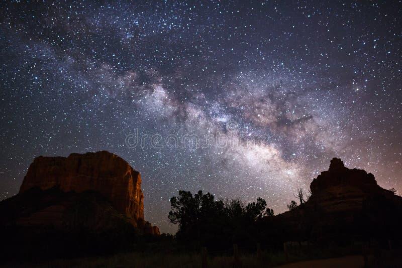 Γαλακτώδεις γαλαξίας και νυχτερινός ουρανός τρόπων στοκ εικόνες με δικαίωμα ελεύθερης χρήσης