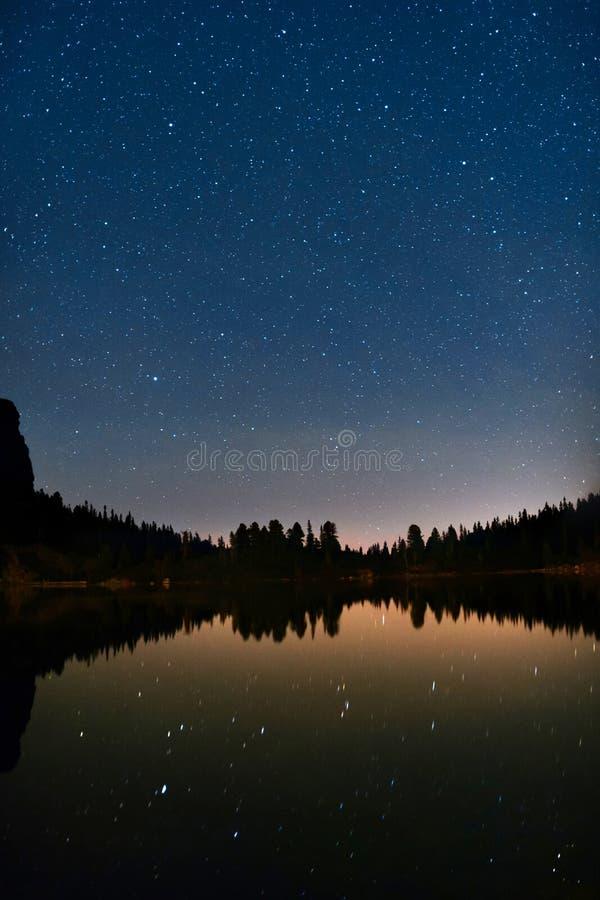 Γαλακτώδης λίμνη τρόπων και βουνών με τα απεικονισμένα αστέρια στοκ φωτογραφίες