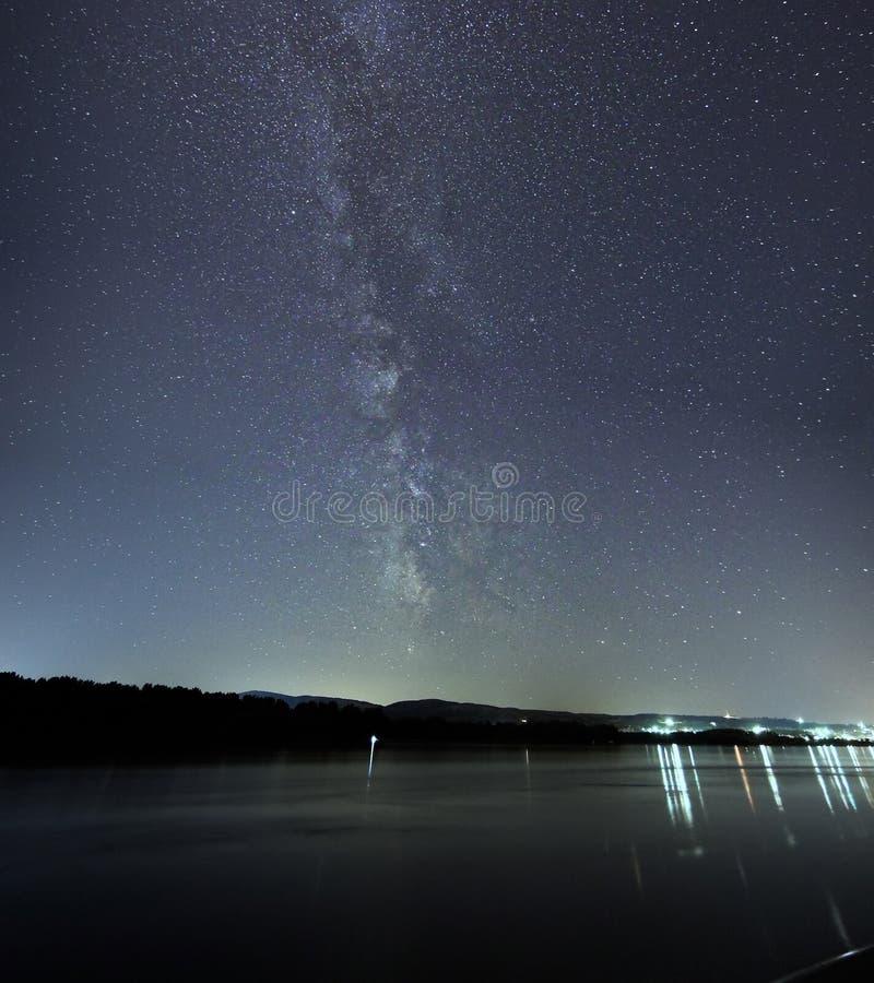 Γαλακτώδης βαθύς δασικός όμορφος νυχτερινός ουρανός γαλαξιών τρόπων στοκ εικόνα με δικαίωμα ελεύθερης χρήσης