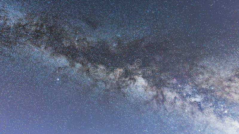 Γαλακτώδης βαθύς δασικός όμορφος νυχτερινός ουρανός γαλαξιών τρόπων στοκ φωτογραφίες με δικαίωμα ελεύθερης χρήσης