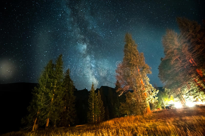 Download Γαλακτώδης γαλαξίας τρόπων πέρα από Campground Στοκ Εικόνα - εικόνα από γαλαξίας, αγριότητα: 62714773