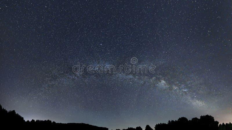 Γαλακτώδης νυχτερινός ουρανός γαλαξιών τρόπων, έναστρη νύχτα στοκ εικόνα με δικαίωμα ελεύθερης χρήσης